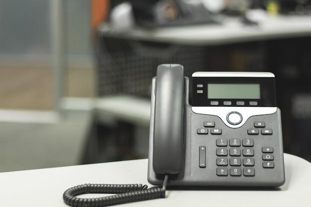 Schwarzes ip-telefon auf schreibtischtisch