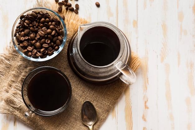 Schwarzes kaffee-arrangement auf stoff mit kopierraum
