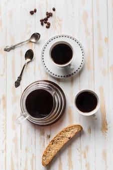 Schwarzes kaffeeanordnung auf weißem tisch