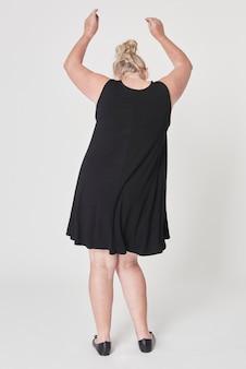 Schwarzes kleid plus größe kleidung körper positivität