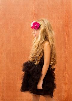 Schwarzes kleiderkindermädchenprofil auf weinlesehintergrund