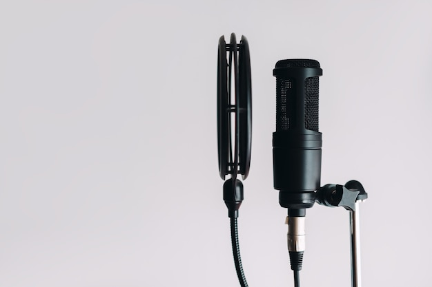 Schwarzes kondensatormikrofon auf ständer mit pop-filter