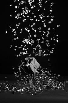 Schwarzes konfetti und geschenkarrangement
