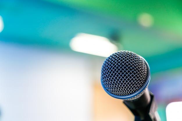 Schwarzes mikrofon im konferenzraum (gefiltertes bild verarbeitet v