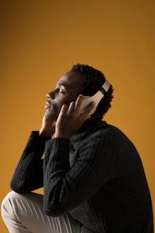 Schwarzes modell, das mit kopfhörern aufwirft