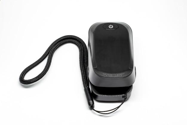 Schwarzes oximeter zur messung der blutsauerstoffsättigung im weißen hintergrund.