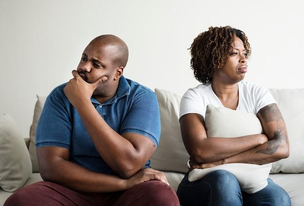 Schwarzes paar, das ein argument hat