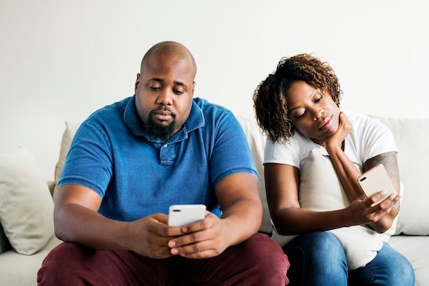 Schwarzes paar mit digitalem gerät