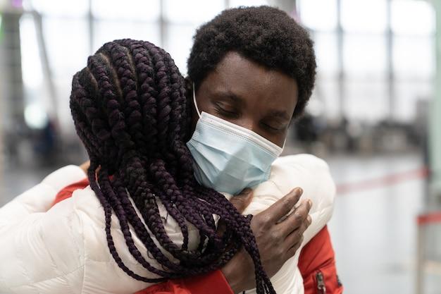 Schwarzes paar traf sich nach der trennung aufgrund von covid am flughafen