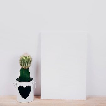 Schwarzes plakat mit saftiger pflanze mit herzform auf topf