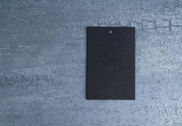 Schwarzes preisschild lokalisiert auf dekorativem strukturiertem hintergrund. ansicht von oben
