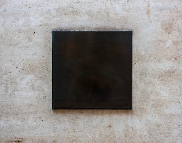 Schwarzes quadratisches schild mit leerem leerraum auf einem gebäude