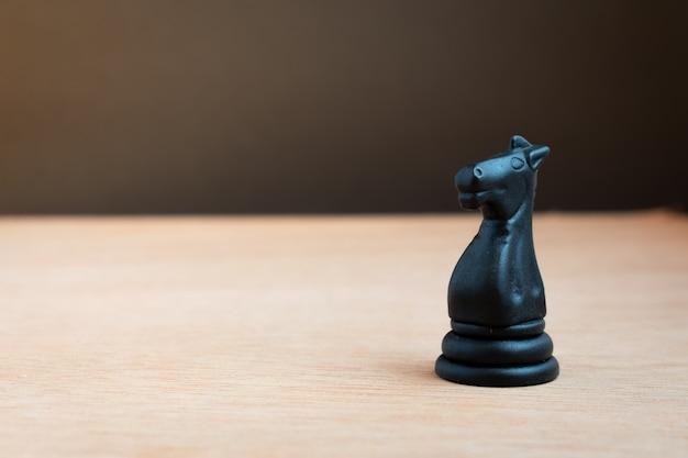 Schwarzes schachpferd mit schwarzem hintergrund