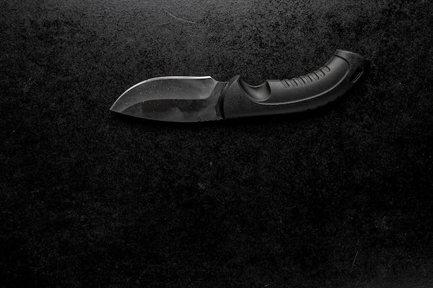 Schwarzes scharfes kleines messer mit schwarzem griff