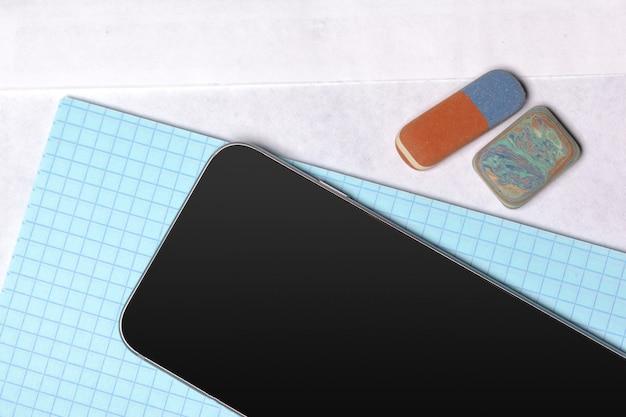 Schwarzes smartphone auf dem tisch