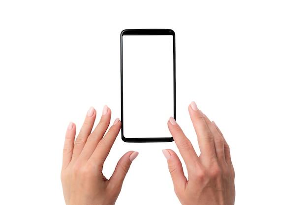 Schwarzes smartphone mit weißem bildschirm in den händen