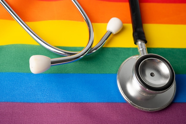 Schwarzes stethoskop auf regenbogen, symbol des lgbt-stolzmonats.