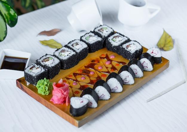 Schwarzes sushi auf den tisch gelegt