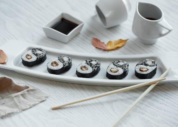 Schwarzes sushi in der platte gesetzt