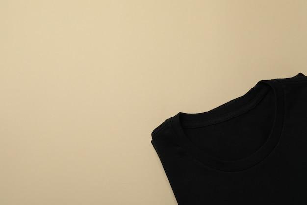 Schwarzes sweatshirt auf beige