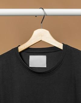 Schwarzes t-shirt mit kopierraumkleidungsanhänger