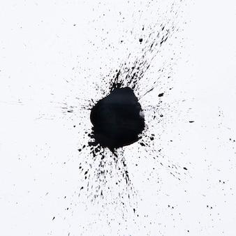 Schwarzes tröpfchen spritzt auf weiß