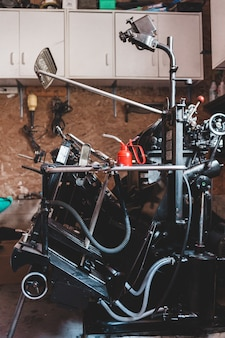 Schwarzes und graues motorrad nahe brauner wand