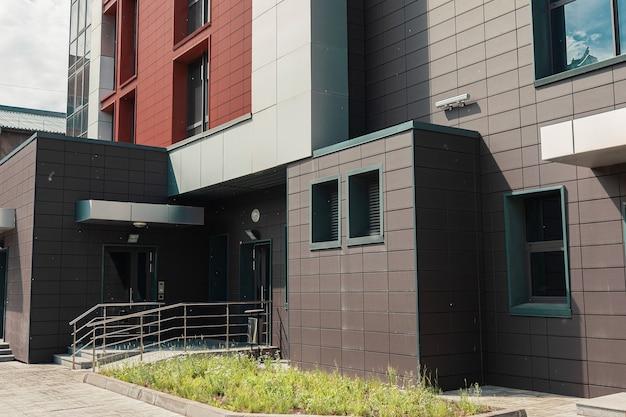 Schwarzes und orangefarbenes backsteingebäude hautnah