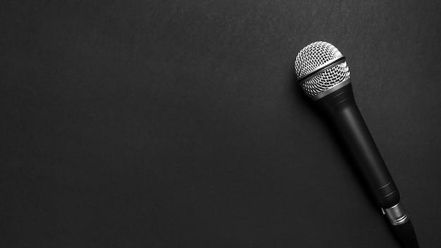 Schwarzes und silbernes mikrofon auf einem schwarzen hintergrund