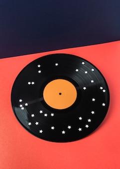 Schwarzes vinyl mit anordnung der weißen sterne