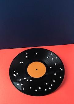 Schwarzes vinyl mit weißen sternen