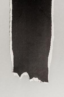 Schwarzes zerrissenes papier
