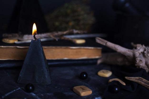 Schwarzmagieritual mit kerzen und runen