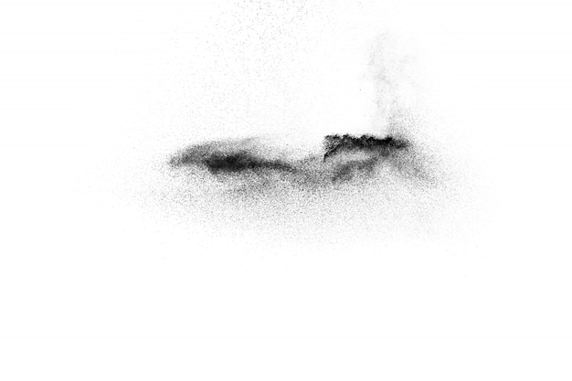 Schwarzpulver explosion auf weißem hintergrund. schwarze staubpartikel spritzen.