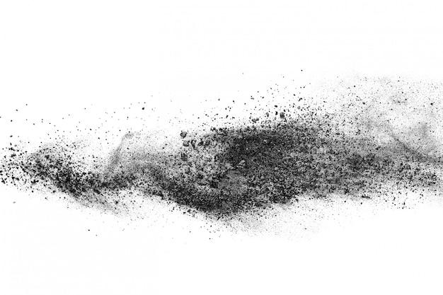 Schwarzpulver explosion auf weißem hintergrund.