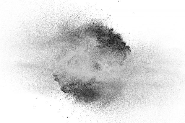 Schwarzpulverexplosion auf weißem hintergrund. schwarze staubpartikel spritzen.