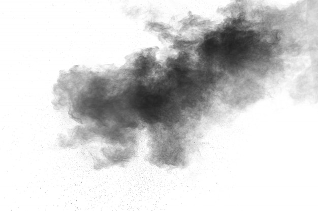 Schwarzpulverexplosion auf weißem hintergrund schwarzes staubpartikelspritzen.