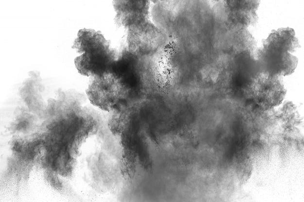 Schwarzpulverexplosion auf weißem hintergrund.