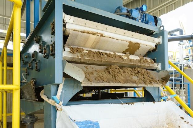 Schwarzschlammentsorgung aus der abwasserbehandlung in weißer plastiktüte