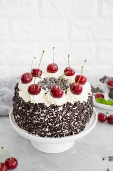 Schwarzwälder kirschtorte, schwarzwälder torte. kuchen mit dunkler schokolade, schlagsahne und kirsche auf grauem betonhintergrund. platz kopieren.