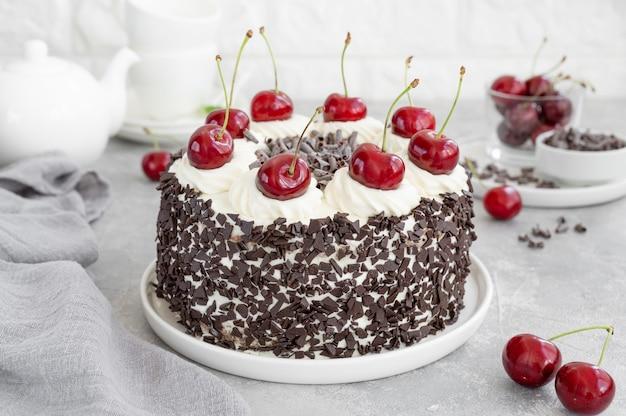 Schwarzwälder kirschtorte, schwarzwälder torte. kuchen mit dunkler schokolade, schlagsahne und kirsche
