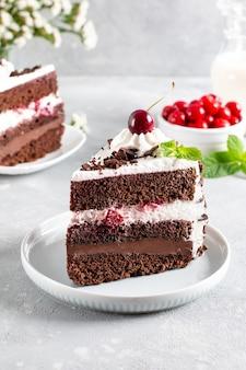 Schwarzwaldkuchen, schwarzwaldkuchen, dunkle schokolade und kirschdessert auf einem teller. kirschkuchen mit schokolade.