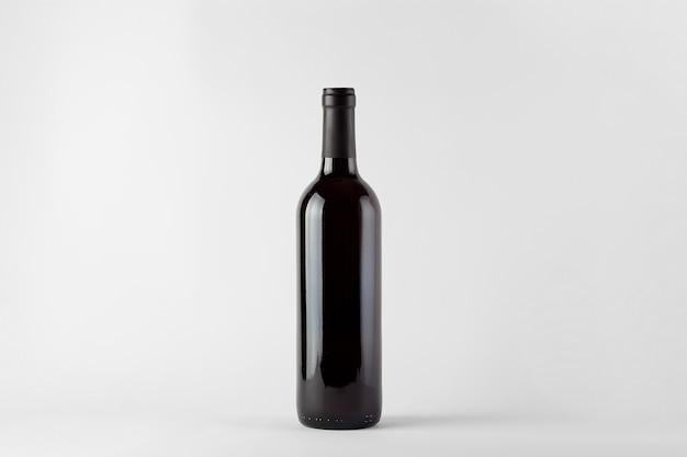 Schwarzweinflasche mit rotwein lokalisiert auf weiß