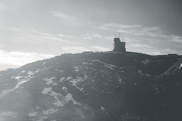 Schwarzweiss-berg unter weißen wolken während des tages