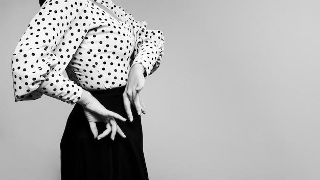 Schwarzweiss-flamencatänzer, der floreo durchführt