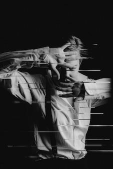 Schwarzweiss-foto eines mädchens im noir-stil