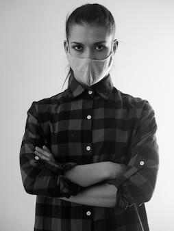 Schwarzweiss-frau in der maske gegen coronavirus Premium Fotos
