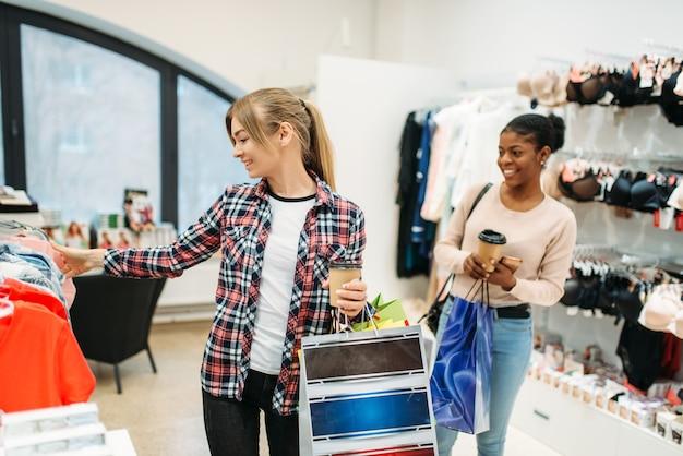 Schwarzweiss-frauen, die einkaufen