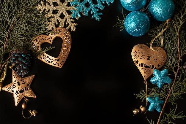 Schwarzweiss-geschenkboxen mit goldband auf glanzhintergrund. flach liegen