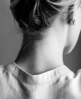 Schwarzweiss-Halsporträt der weißen Frau